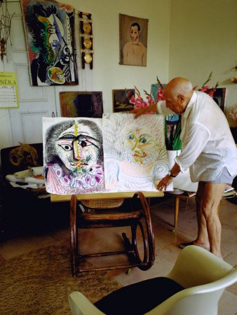 om pom picasso picasso-arranging-displays-of-his-paintings-at-his-home-in-notre-dame-de-vie-mougins-1gemgbr