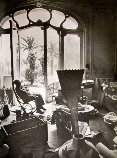 om pom picasso Picasso-In-His-Studio-Villa-La-Californie-9