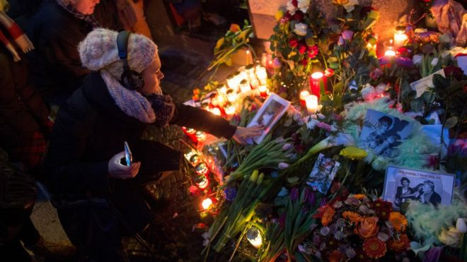om pom david bowie mourners in Berlin